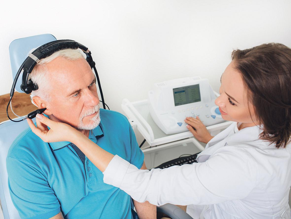 Ein Senior bei einem Hörtest