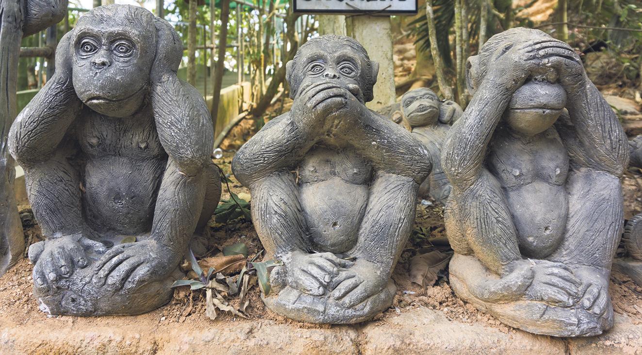 Drei Affen-Skulpturen, die sich die Augen, die Ohren oder den Mund zuhalten. Thema: Smarte Technik bei Seh- oder Hörschwächen