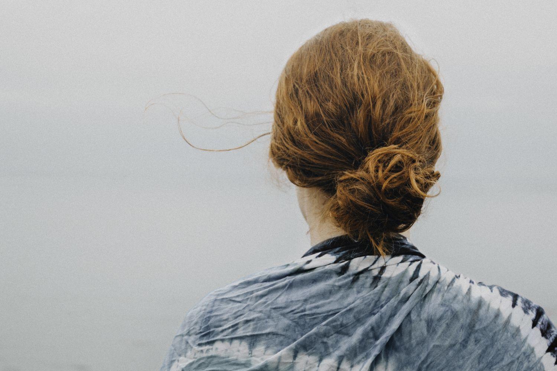 Rückansicht vom Kopf einer Frau. Thema: Cochlea-Implantat