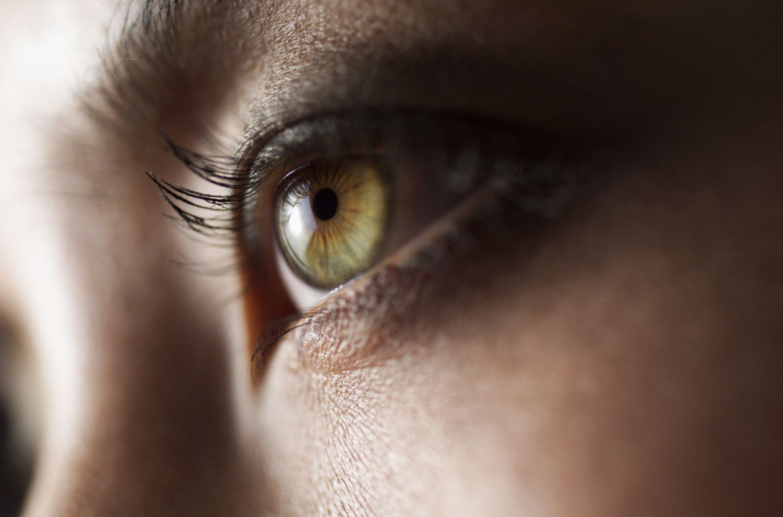 Ein menschliches Auge aus der Nähe. Implantierbare Kontaktlinsen sorgen für den Durchblick.