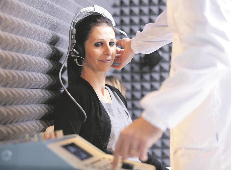 Eine Frau, bei der gerade ein Hörtest durchgeführt wird.