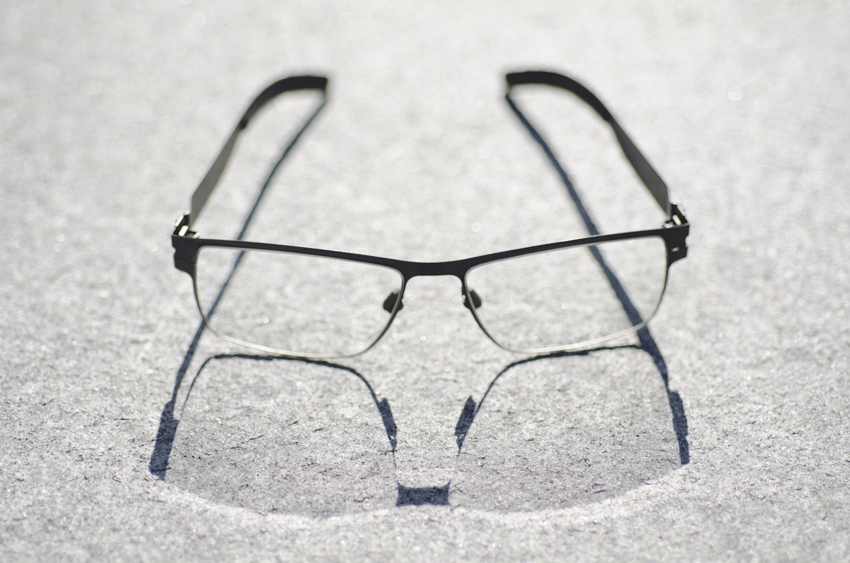 Brille, durch die Sonnenstrahlen von hinten einfallen.