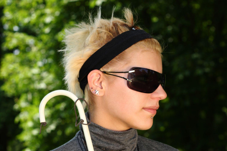 Eine Blinde im Portrait. Mit diversen Hilfsmitteln meistern Seh- und Hörbehinderte nicht nur ihren Alltag – echte Teilhabe wird wieder möglich.