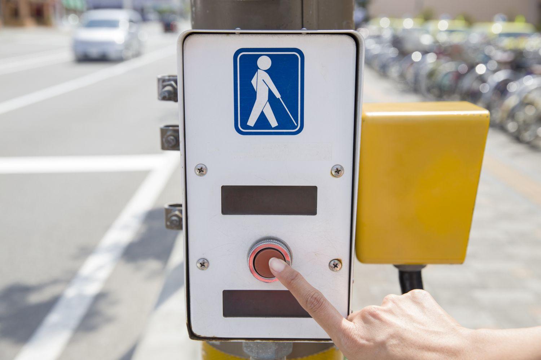 Eine Ampel mit Signalanlage; Thema: Barrierefreies Leben