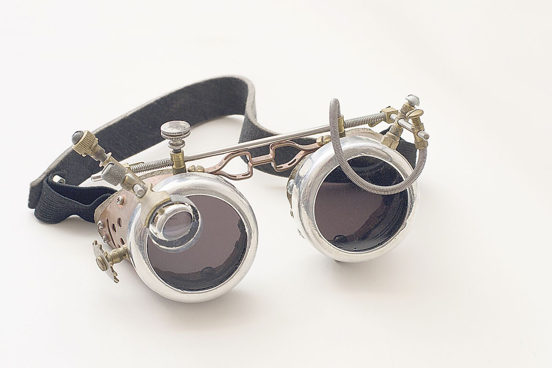 Nostalgische Brille mit verschiedenen Einstellmöglichkeiten. Thema: Individuelle Brillen