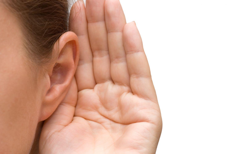 Detailansicht: Hand am Ohr, um besser hören zu können.