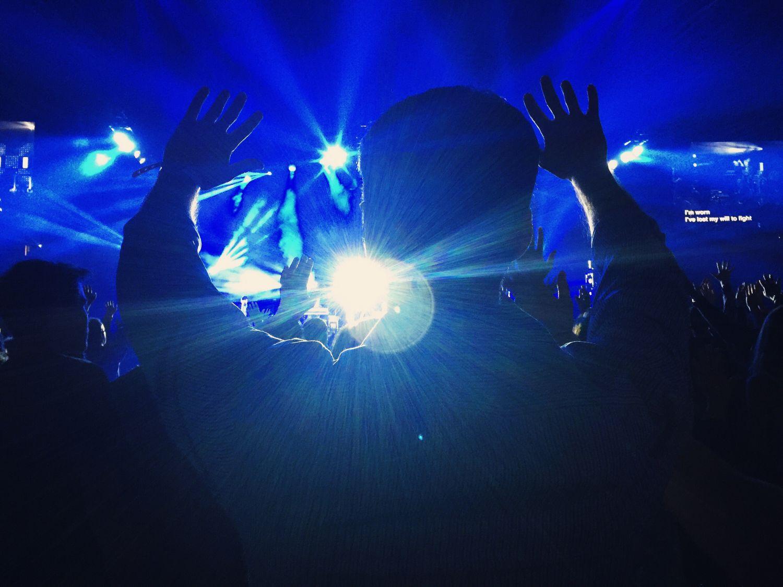 Disco-Szene: dunkler Raum mit hellen Lichtstrahlen